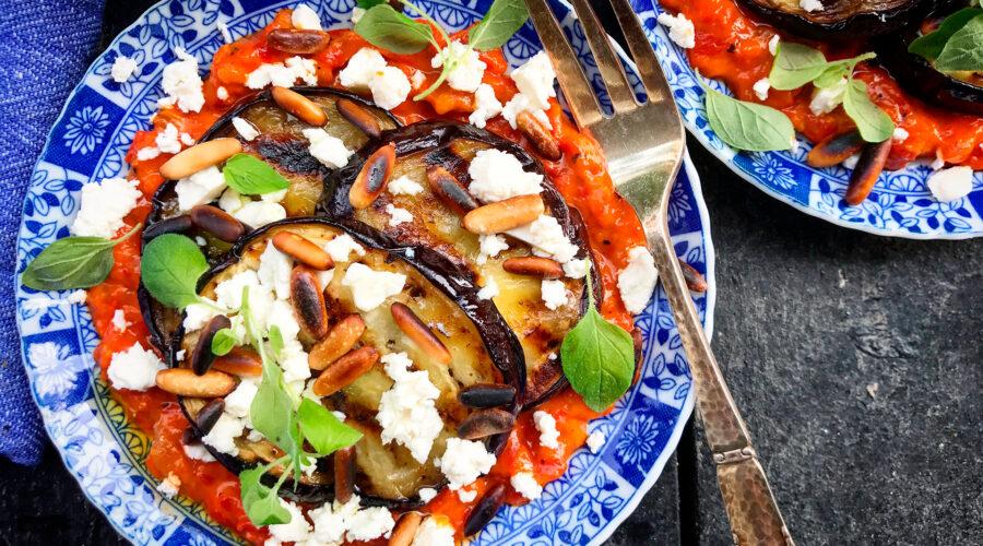 Aivar, grillede auberginer, pinjekerner, fetaost og frisk oregano
