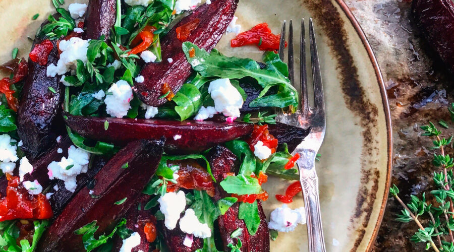 Bagte rødbeder, rucola, grillet peberfrugtmarmelade, gedeost og timian