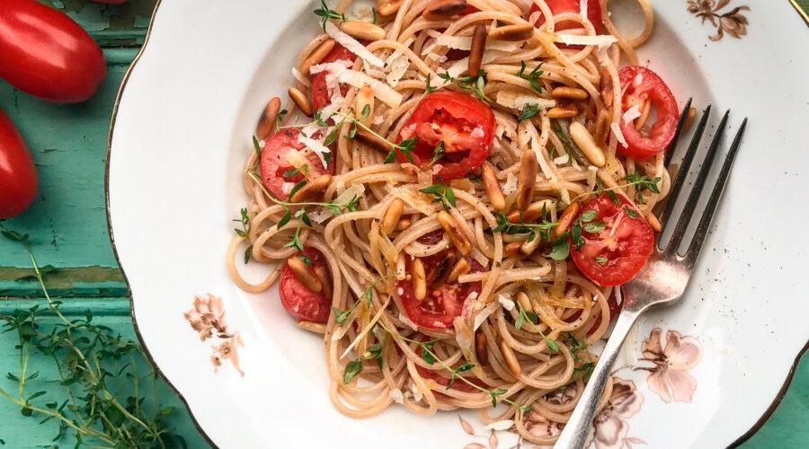 Emmerpasta Spaghetti med San Marzino-tomater, parmesan, timian og ristede pinjekerner