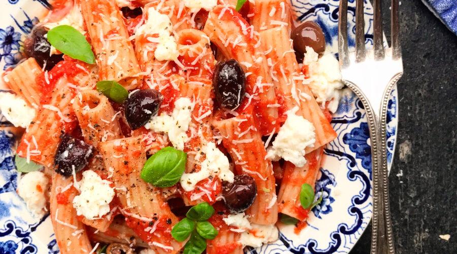 Emmer-Tortiglioni med tomat, taggiascaoliven, mozzarella, parmesan og basilikum