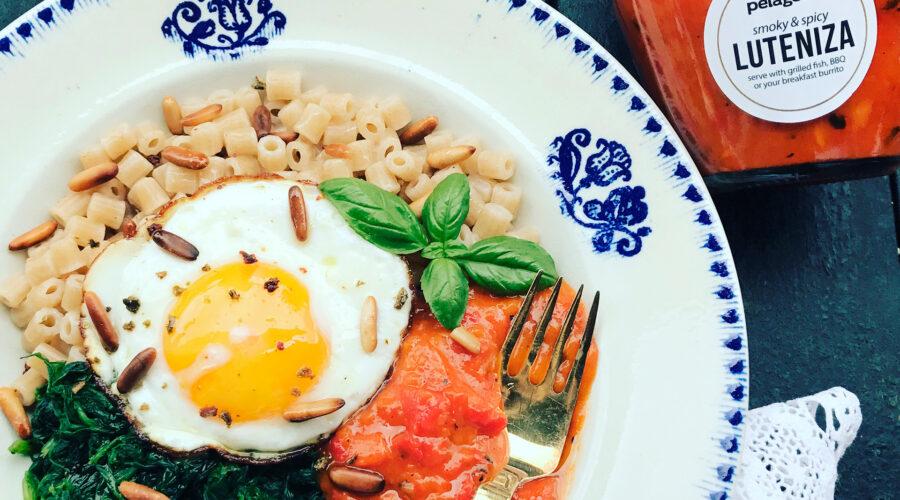 """Emmerpasta """"Corellini"""" med luteniza, spejlæg, spinat, taggiascaolivenolie, pinjekerner og basilikum."""
