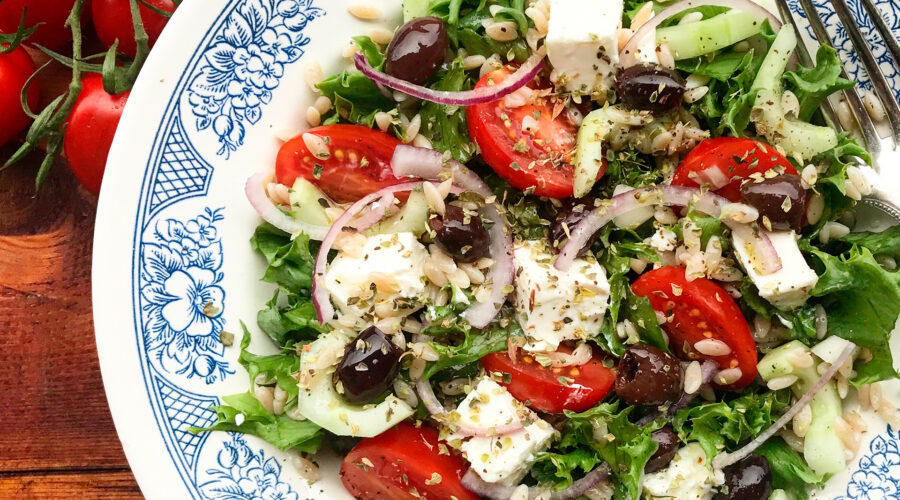 Græsk salat med emmer-risone