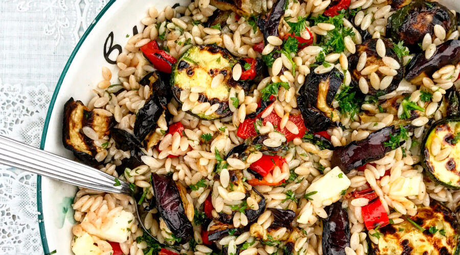 Emmer-risone med grillede grøntsager, mozzarella og bredbladet persille