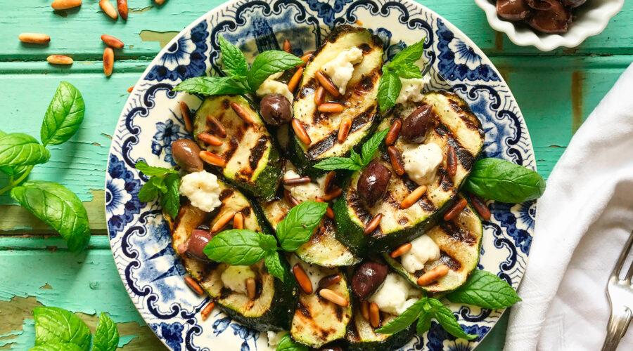 Grillede zucchini, taggiascaoliven, mozzarella, pinjekerner og mynte