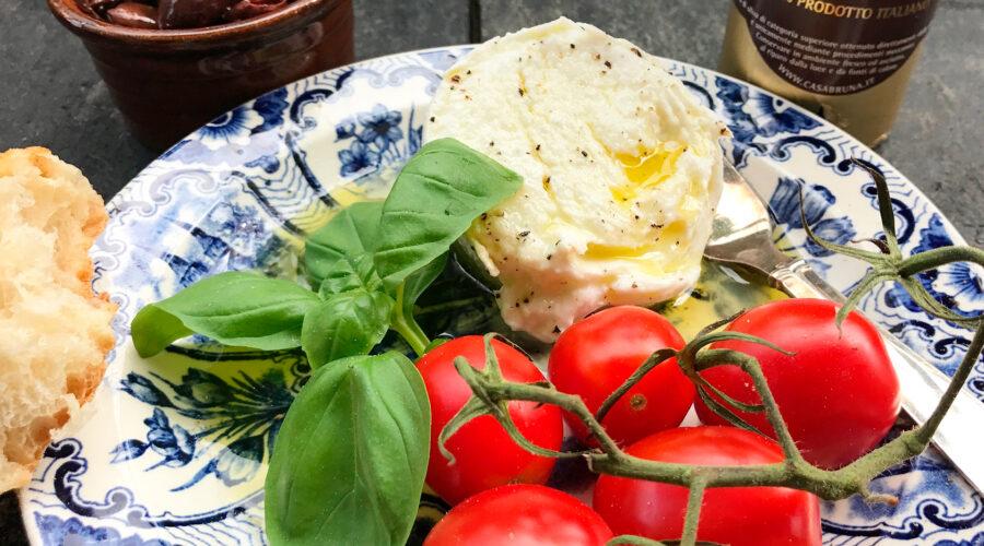 Bøffelmozzarella, san marzino-tomater, basilikum,  taggiascaolivenolie